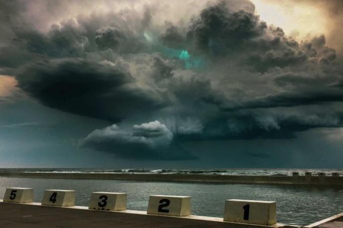 Cientistas tentam explicar brilho verde em tempestade na Austrália