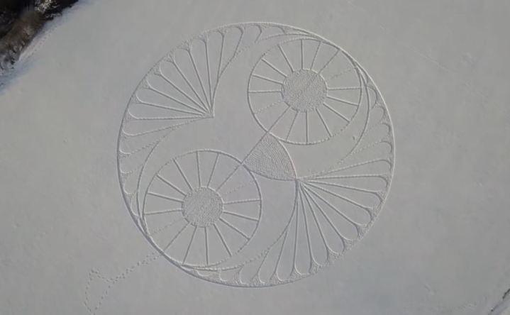 Desenho em forma de cabeça de coruja aparece na neve, no Reino Unido