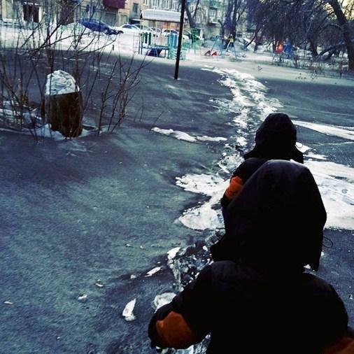Neve negra cobre as ruas de cidade da Sibéria