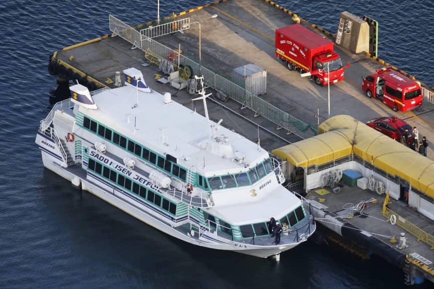80 feridos a bordo de balsa após suspeita de colisão com animal marinho