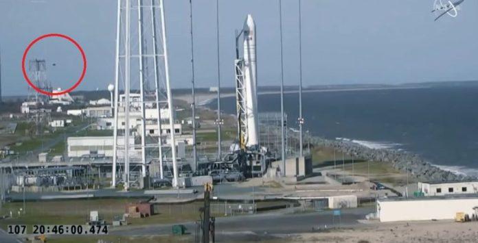 OVNI é visto perto de foguete  e NASA aprova lançamento mesmo assim