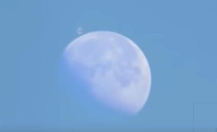 OVNI do tipo 'Estação Espacial' voando atrás para trás da Lua