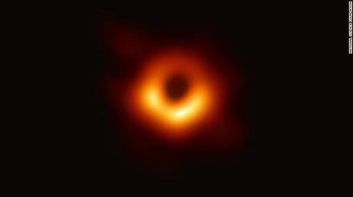 primeira foto real já obtida de um buraco negro