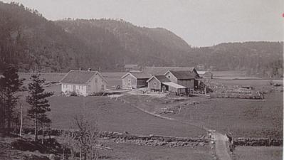 Bildet viser den gamle gården på Hægeland som brant ned. Nåværende eier Kjell Anders Greibesland har bygd nytt.