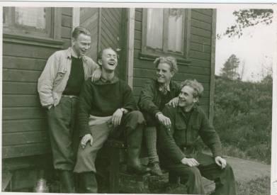 """Fra sendestasjonen ved Støssvann. Fra venstre Leif Paulsen(Kr.sand),Jan Tenvig(Oslo),Sven Nordahl-Hansen(Kr.sand),""""Lasse""""-Lars Jan Larsen Foto:Oluf Reed Olsen"""