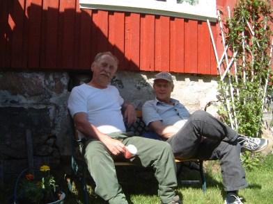 Ole Sigurd Andersen og Odd Ilebekk foran huset i Engelsåsen - de mimrer om gamle dager