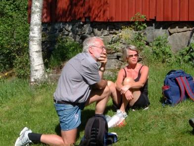Per og Gerd Vigdis Slettedal foran huset i Engelsåsen.
