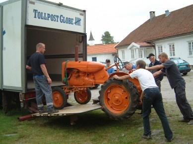 - traktoren løftes opp -