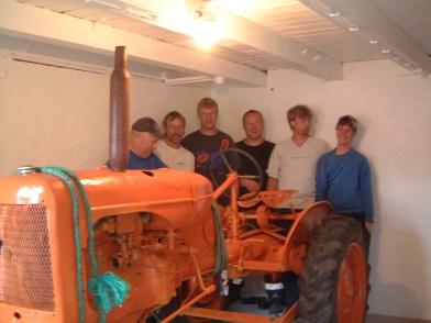 En fornøyd gjeng har klart det utrolige, traktoren er på plass! (Torleiv, Ole Gunnar, Helge, Svein, Terje og Joakim)