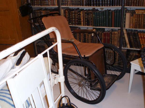 Eldre modell av rullestol.