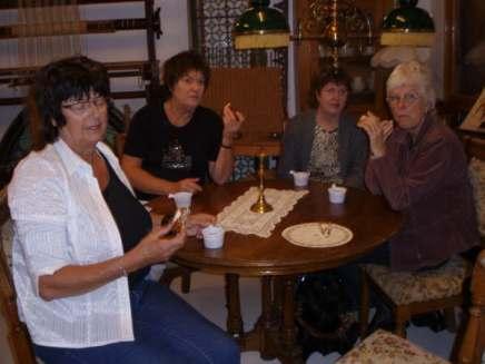Ingrid Koland, Turid Bjerland, Inger Anne og Torgunn Ilebekk smaker på kaffe og kake som Per og Gerd Vigdis spanderte på oss.