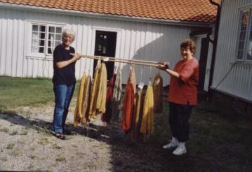Torgunn Ilebekk (kursleder) og Mari Bjerland viser stolt fram noen av de andre fargene de tryllet frem.
