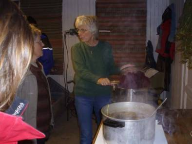 Det ble også vist hvordan man kan farge garn ved hjelp av planter og kjemikalier. Torgunn Ilebekk er læremester.