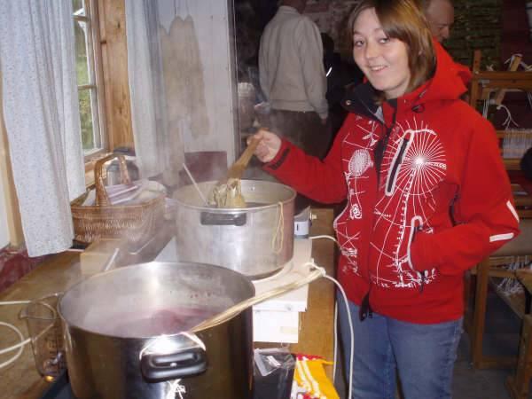 Kristina Bårdsen passer grytene mens garnet varmes opp for å få den fargen en ønsker.
