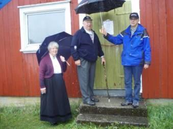 Torleiv og Mari Bjerland hadde æren av å åpne og vise fram lokalene og gjenstandene de har gjort klare i skålen i uthuset på prestegården. Lars A. Ilebekk takker for den flotte innsatsen.