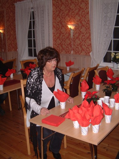 Fru Koland forbereder julebordet.