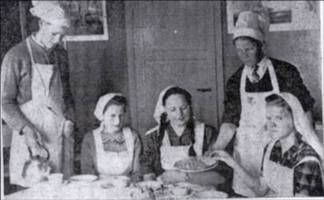Skolens 3 jenter, fra.v. Anny Moland (Bjelland), Lilly Røsstad og Anna Iveland, sesset ved kaffibordet. De oppvartende kavalerer er fra v. Arnfinn Fjellestad og Otto Nordli.
