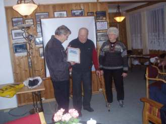 Torleiv og Mari Bjerland får overrakt bevis for at de er de første æresmedlemmer i Øvrebø historielag på årsmøtet på Homstean grendehus 11. mars 2008.