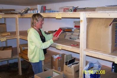 Det meste er på plass og Arnhild Bårdsen har funnet en interessant bok - som vi har mange av. De fleste har vi fått fra Skarpengland skolebibliotek og læreboksamling, og i sin tid tok Alf Røksland vare på mange bøker som ble kassert fra folkebiblioteket.