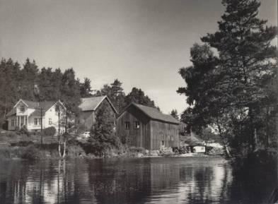 Det er forholdsvis lett å kjenne igjen denne gården som ligger like ved riksveien, selv om det er en del forandringer i årenes løp. Bygdemølle med stem fra Langevann, ligger i gamle Hægeland kommune.
