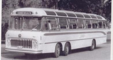 Bildet viser en litt spesiell turistbuss som Førelands karosserifabrikk laget. Det er en Bedford med servostyring og doble framhjul, noe som var ganske sjeldent.