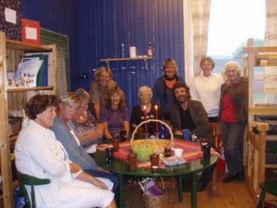"""Da prostidiakon Per Emanuelsen hadde visitas høsten 2008, besøkte han """"vevkjerringene"""" på Homstean grendehus. Fra venstre: Brit Håverstad, Gyro Loland, Oddbjørg Vatland, Karin Langevei, Ragnhild Eivindson Muggerud, Torgunn Ilebekk, Arnhild Bårdsen, Per Emanuelsen, Ragnhild Jacobsen, Solveig Sangesland."""