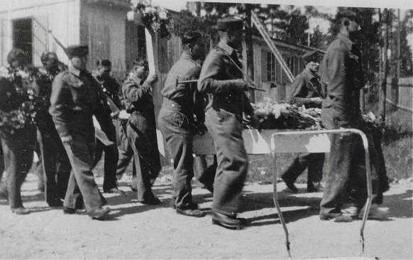 De russiske krigsfangene i Leiren på Homme førte til mye underholdning og moro i fredsdagene i 1945. Men en tragisk hendelse skygger over det hele. Noen russere var oppe til Støssvannet for å bade, og dessverre druknet en av dem, trolig fordi han ikke kunne eller var dårlig til å svømme. Hendelsen gjorde et sterkt inntrykk på folk i bygda. Han ble gravlagt ved Øvrebø kirke, men graven ble senere flyttet til en fellesgrav på Kristiansand kirkegård.