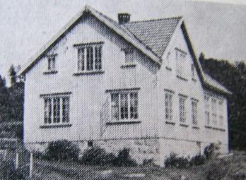 Øvrebø skole slik den så ut før den ble ombygd til bolighus. (Bilde fra Norges bebyggelse)