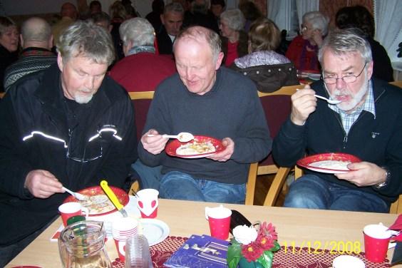 Helge Skuland, Torgeir Ilebekk og Per Slettedal ser ut til å like grøten.