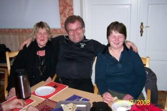 Jan Helge Risdal koser seg sammen med Arnhild Bårdsen og kona Anne.