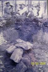 Fra utgravingen av gravhaugene på Stallemo - Hægeland Ytre. Fra venstre: Arne Horrisland, Lars Kleveland, Torkjell Mindrebø og Anders S. Hægeland.