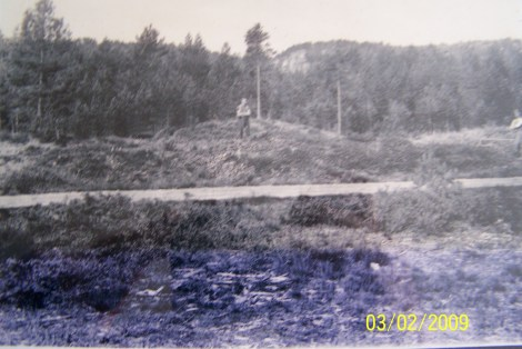 Jon Åsen på gravhaugen. Lars Kleveland til høyre. Fra utgravingene av gravhaugene på Stallemo