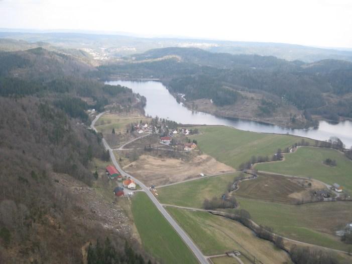 Flyfoto av området Sangesland sørøst fra der hvor bygdeborga ligger. (Borgas ytterkant ligger i venstre og nederste kant på bildet).
