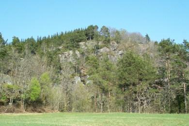 Bilde av Prestefjellet tatt fra området rundt prestegården viser at bygdeborga er anlagt på et område som er lett å forsvare fra den kanten.