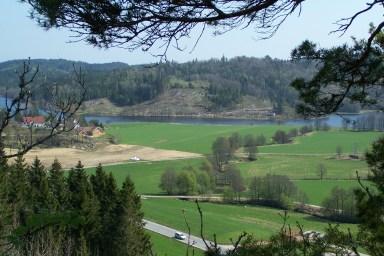Utsikt fra bygdeborga mot Sangeslandsvannet. På andre siden av vannet er det funnet gamle bosteder og rydningsplasser. (Se årsskrift for 2007)