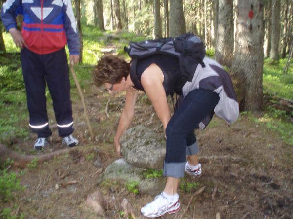 Anne Vigdis Ubostad prøver å løfte steinen. Av konfirmantjenter som prøvde seg på det skal det visstnok bare være en som klarte det: Alvilde Hægeland. (Mor til bl.a. Niels Otto Hægeland).