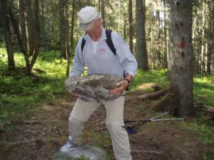 - og her er det Oddvar Hæstad som har fått godt tak på steinen som veier melomm femti og seksti kilo.