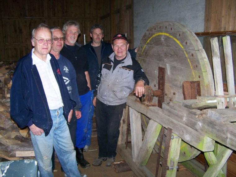 Vedkløyva på plass i løa på Prestegården