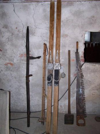 """Gave fra Odd Ilebekk: div. verktøy og et par ski som trolig er laget på """"skifabrikken"""" på Loland."""