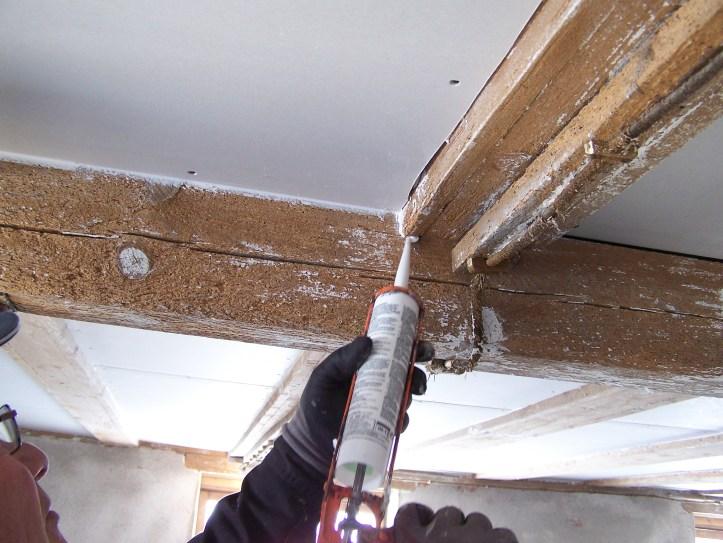 Det er viktig at sprekkene mellom plater og bjelker fuges for å unngå atdet drysser fra taket.