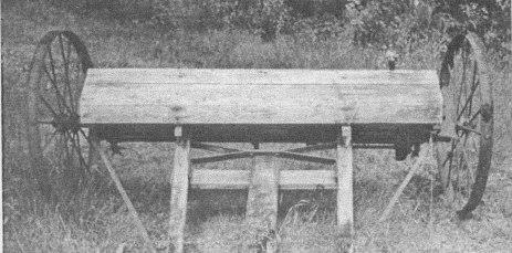 Slåmaskinen som historielaget fikk fra brødrene Fjellin på Furuneset. Slåmaskinen var tidligere kjøpt av bøndene på Greibesland, men var så stor og brei og tungvint å bruke på de bratte og ulendte åkrene på Greibesland at brødrene på Furuneset ovrtok den. Såmaskinen er nå lagret i uthuset på prestegården.