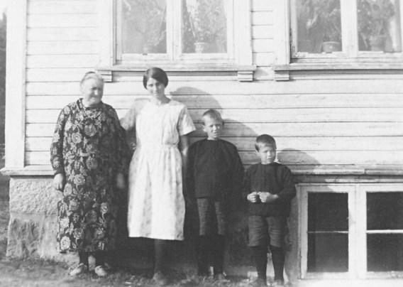 Bilde fra 1932:Familie til Helge Hageland: Olga (mormor), Anna (mor), Karl Tommy og Oskar (brødre)