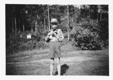 Helge Hageland med katten i tunet på Fjellestad.