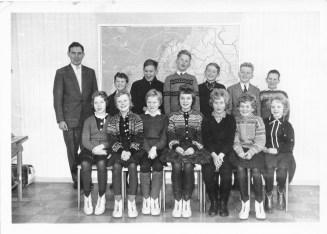 5. klasse på Ilebekk skule i 1962. 1. rad fra venstre: Else Randi Abusdal,Anne Vigdis Ubostad, Anne Berit Røstad, Grethe Hannås, Signy Greibesland, Arnhild Kleveland, Bjørnhild Iveland 2. rad fra venstre: Finn Harald Wehus, Øyvind Føreland, Torgeir Bjørnarå, Ole Halsteinsen, Arne Faremo, Gunnar Arnfinn Mushom. Læreren: Harald Katerås.