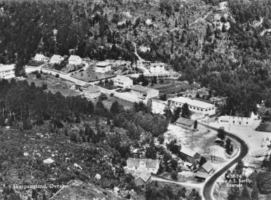 Skarpengland sentrum før den nye veien ble bygd omkr. 1960-65
