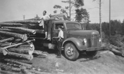 Tømmerbilen til saga i Leiren. Tormod Berge var sjåfør og broren, Hans, var medhjelper.
