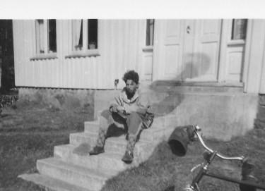 Før en var voksen nok og hadde råd til bil var sykkelen et godt fremkomstmiddel. Hans Berge på besøk hos kameraten Eivind Godhei i Lian. Legg merke til håndbeskytterne på sykkelstyret. De var gode å ha på kalde dager.