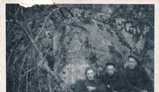Steinar Ilebekk, Lars og Gunnar Upsahl utenfor helleren/barhutta jvor de sendte meldinger til England.