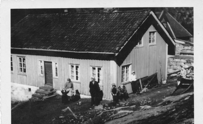 Setehusene i Godhei (på veien mellom Stemmen og Hemmesaugland). Brant ned en gang på 1990-tallet etter at noen skiturister hadde tent bål i vedskjulet under huset. Heldigvis bodde ingen i huset da.
