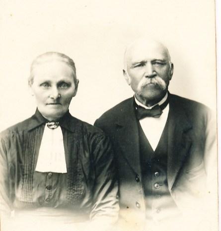 """Ekteparet Marie og Jon Skuland, besteforeldre til Jon, Kåre, Øyvind, Helge og Harald Skuland. Jon var handelsbestyrer og bøkker. Jon Åsen skriver om han: """"- er ein minnug og gløgg kar og ein sers god forteljar. Han har gjeve verdfullt tilfang til bygdeboka påymse felt."""""""